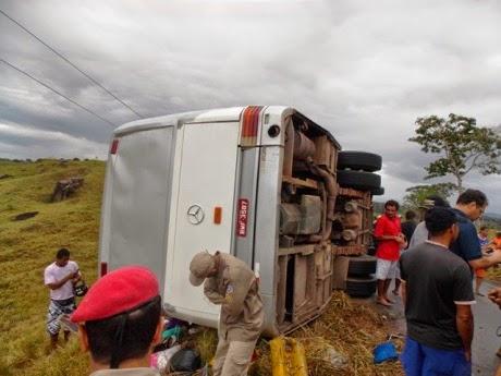 O ônibus capotou por excesso de velocidade