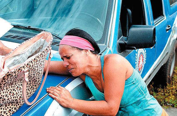 Claudijane chora ao reconhecer o corpo do caçula no CIA (Foto: Mauro Akin Nassor)