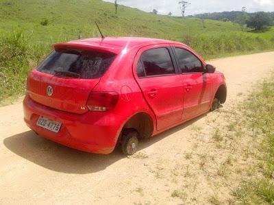 Bandidos abandonaram o carro na estrada do Corcovado.(Foto:Giro em Ipiaú/Bruno Aragão)