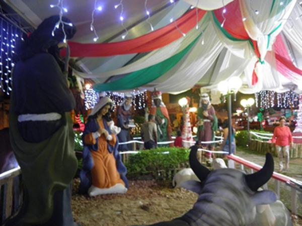 A praça com a decoração natalina tem atraaído centenas de pessoas