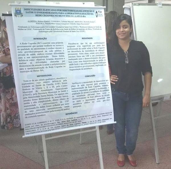 Rebecca durante apresentação do trabalho, na Escola  Bahiana de Medicina