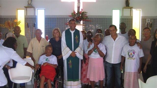 Raimundinho ladeado pelos idosos do Lar Do Carmo mantido por sua empresa, na grande Salvador