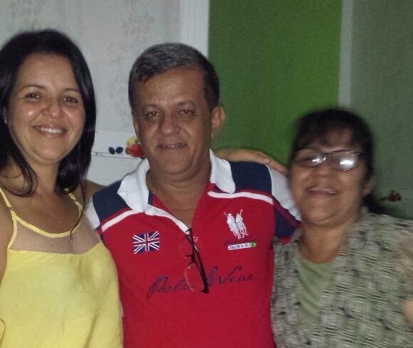 Raimundinho ladeado pelas irmãs, Liu Andrade e Helenildes