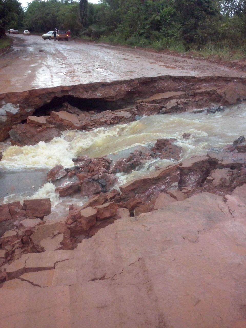 Parte da rodovia foi leva pela força das águas