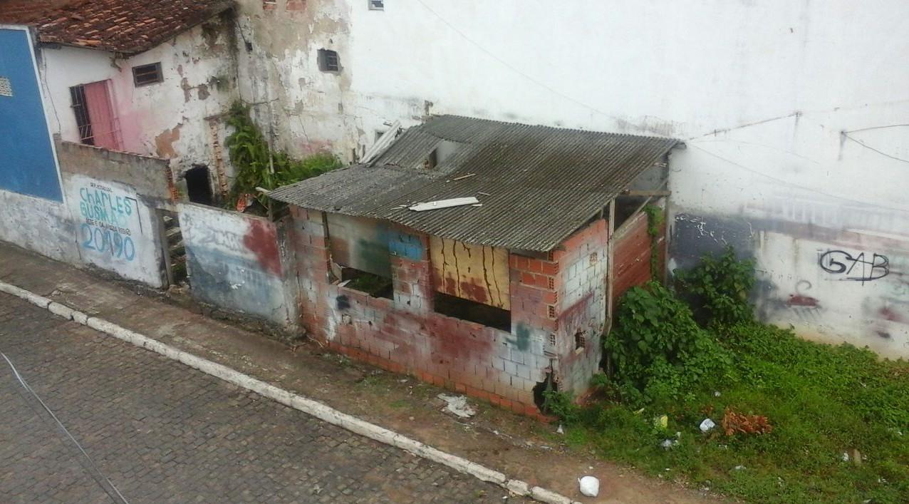 O Casebre abandonado fica no centro da cidade e está sendo usado por  marginais