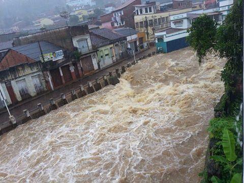 O Rio que corta o centro de Ituberá transbordou e atingiu diversas casas