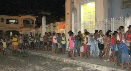 Uma imensa fila se formou nas imediações da Igreja Matriz de Santo Antonio em Ubaitaba