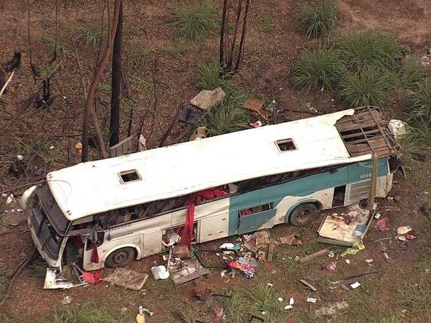 Ônibus saído de Ribeira do Pombal caiu de ribanceira em Minas Gerais (Foto: Reprodução/TV Globo)