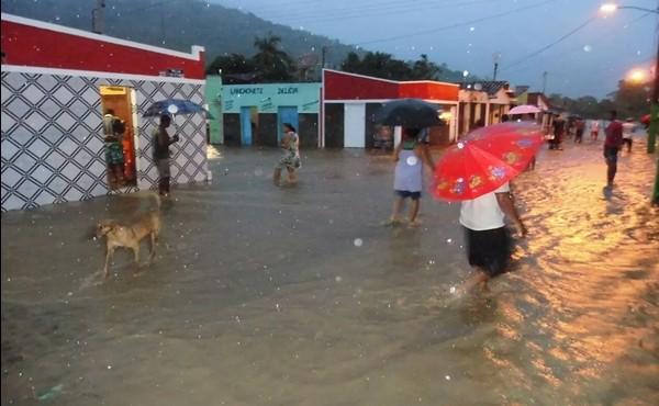 A forte chuva alagou  o lugar  e dezenas de famílias  estão desabrigadas
