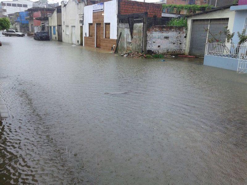 O Lago Fernando Lona transbordou a alagou a Rua Dr. Altamiro Cordeiro de Matos Lima