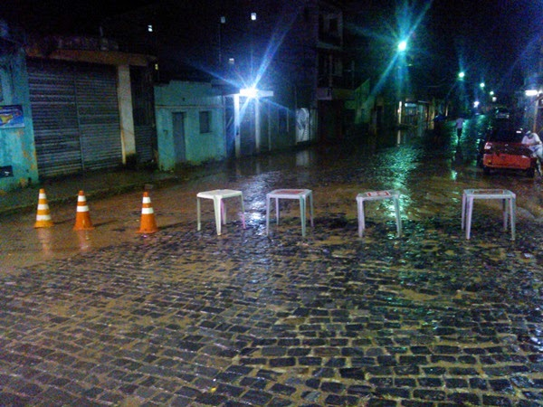 Os moradores interditaram a rua para a água baixar