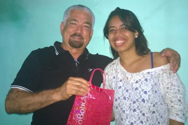 """O Diretor/presidente da FM Rio das Contas, entrega e o presente  à Comunicóloga, Luise Beatriz, do Jornal """"Bom dia Cidade"""""""
