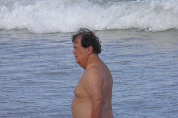 Carlos Garcia caminhando nas  praias de Algodões