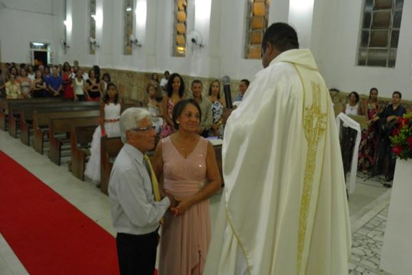 O casal  reforça o juramento de amor eterno na presença do padre