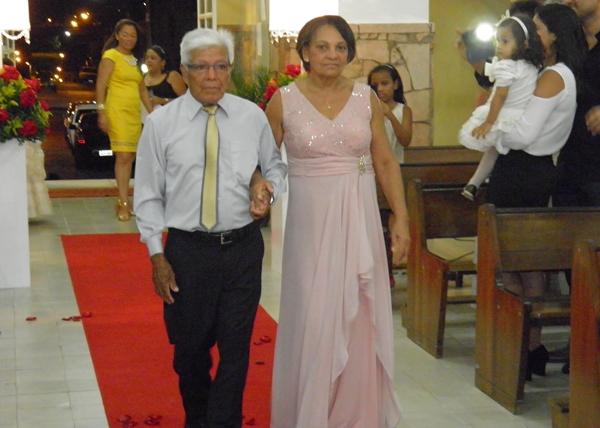O casal entrando na igreja refazendo o trajeto de 50 anos atrás