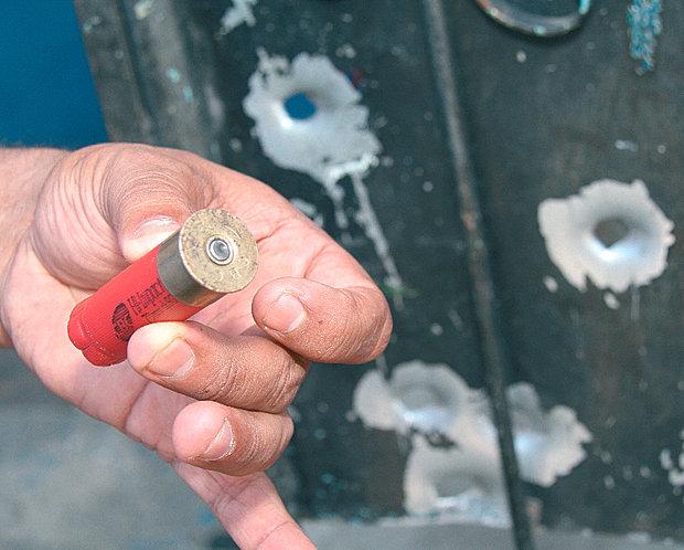 Empacotador foi atingido por tiro de escopeta calibre 12, da Rondesp (Foto: Evandro Veiga)