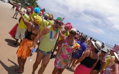 Veranistas e turistas  lotam as praias para acompanham a folia nas praias