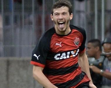 Vitória confirma interesse na volta do volante Luiz Gustavo ao clube (Foto: Betto Jr/Arquivo Correio)