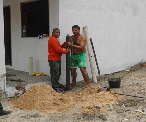 Elísio utiliza métodos tradicional para abrir os poços