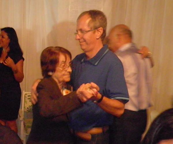 Cosminho  dançando com sua mãe D. Tina, com grande emoção