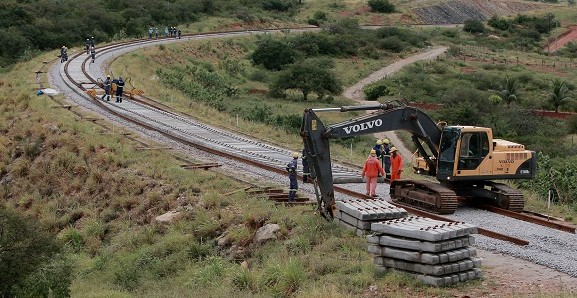 Trilhos da Fiol começam a ser assentados (Foto Elói Correa).