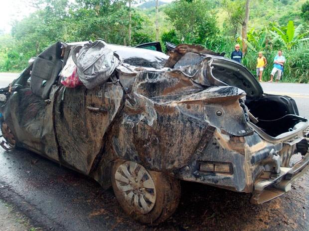 O veículo invadiu a pista contrária, bateu em uma árvore e capotou.