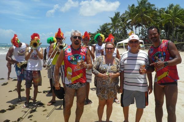 Cristiano do Bloco CrisFolia, ao lado do presidente da APPA-Maraú, Josenilton, Regina, Secretária da associação e o jornalista, Humberto Hugo,organizador do evento