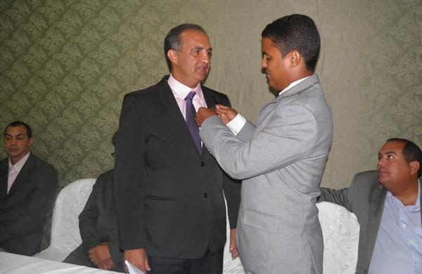 O presidente Issac transmite o cargo a nova presidente Jaílton Araujo.