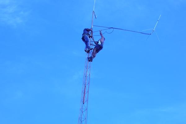 Os técnicos tiveram dificuldades para instalar a nova antena devido a altura