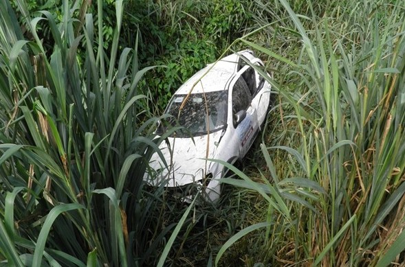 O veículo teve perda total após descer a ribanceira