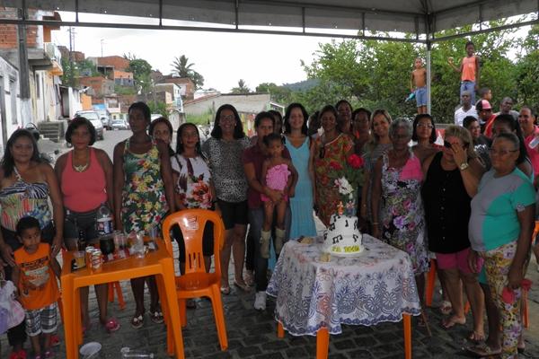 Dezenas de mulheres cantaram parabéns ao lado do bolo