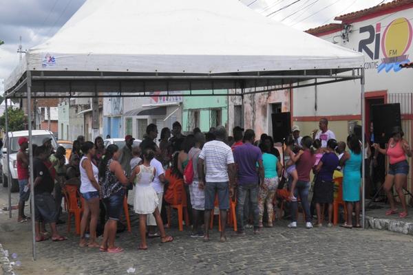 Centenas de pessoas se aglomeraram na porta da Emissora para participar da festa