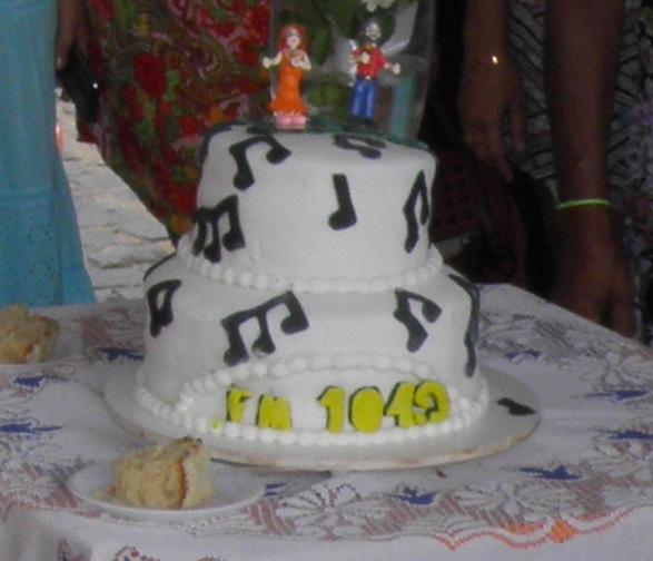 O lindo bolo confeccionado por uma ouvinte foi repartido para todos