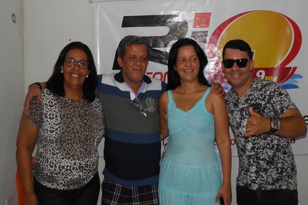 A prefeita Líu Andrade ao lado do irmão Raimundinho, da vereadores Suely e do Cantor, Binho Alves.