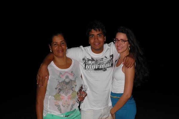 David ladeado por sua mãe, essa colunista e sua namorada, a estudante do curso de Direito (UESC), Votória