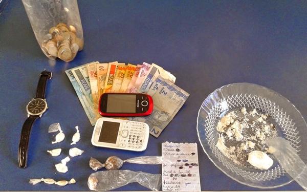 Foram apreendidos 32g de pasta de cocaína, maconha e três petecas de cocaína.