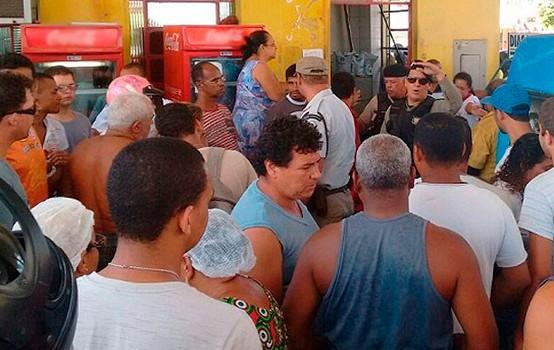Curiosos chegram no momentos após o do assalto Foto: Jean Karlos/Blog Marcos Frahm