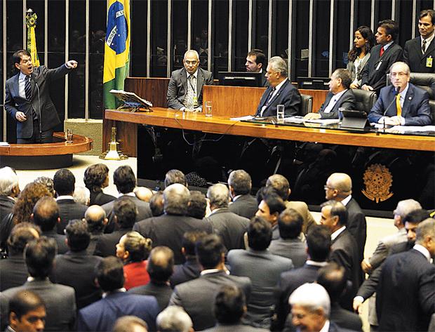 Da tribuna, Cid Gomes aponta para o presidente da Câmara (à direita): ataques e bate-boca no plenário (Foto: Estadão Conteúdo)