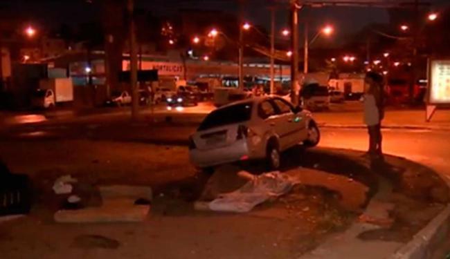 Carro invadiu calçada e atropelou dois moradores de rua