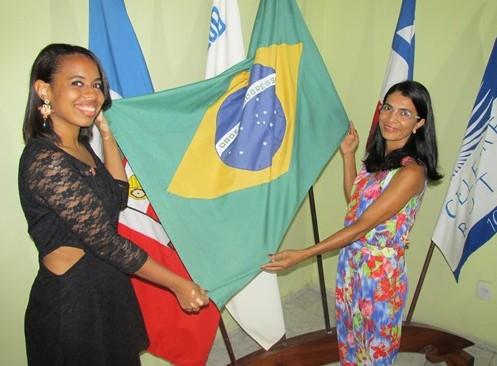 As novas rotarianas, Luíse Beatriz (esq.) e Jorquélia Botelho, na saudação ao Pavilhão Nacional