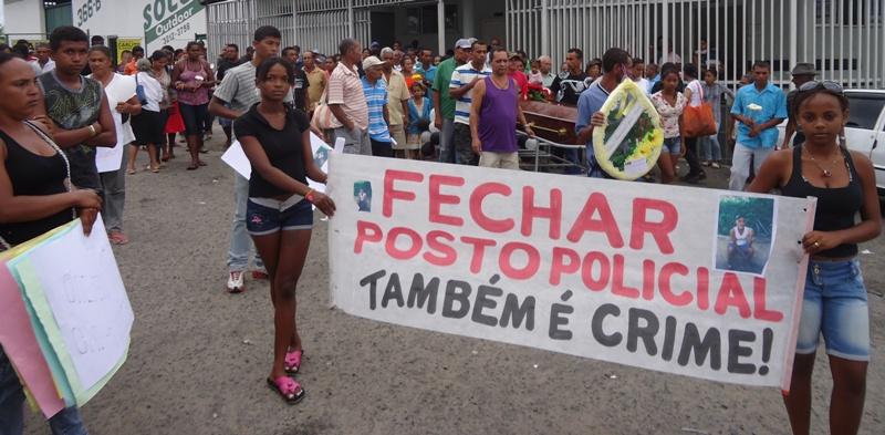 Moradores protestam contra fechamento de Posto Policial