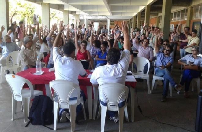 Professores reunidos em assembléia decidiram sobre a paralisação
