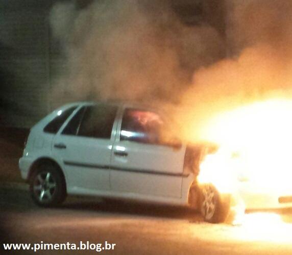 O carro foi tomado pelo fogo e teve perda total