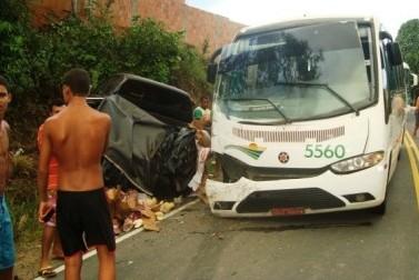 Ônibus seguia para a cidade de Cravolândia (Foto: Mídia Bahia)