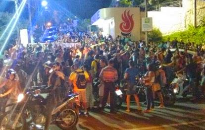 Os alunos protestaram na porta da instituição alegando mais  espaço nas salas de aulas