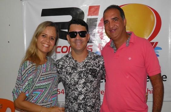 O cantor Binho Alves ladeado pelo casal Lucila e Jailton.