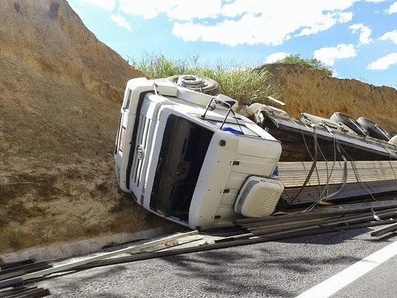 O caminhão tombou na BR-116