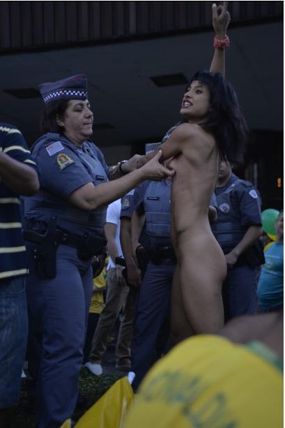 A mulher tirou a roupa e foi levada pela Polícia