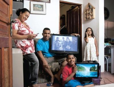 Cortar o restaurante nas horas de lazer, mas garantir a TV por assinatura e a internet em casa