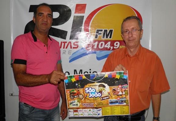 O presidente da CDL, Jailton Araujo ao lado do vice-Cosminho, exibe Cartaz da Campanha
